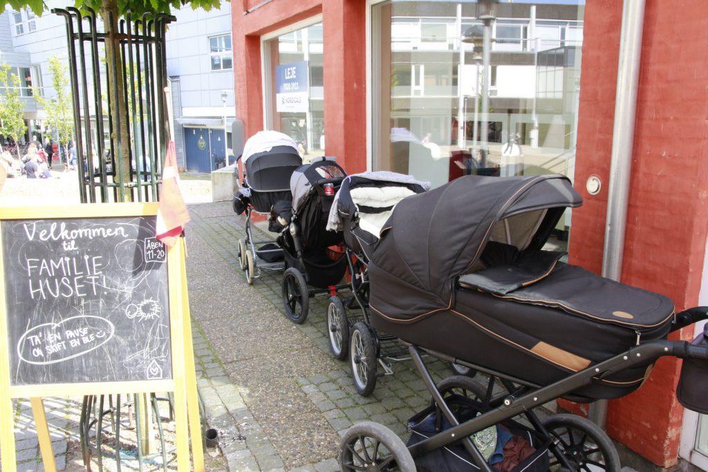 Barnevogne-ved-familiehuset